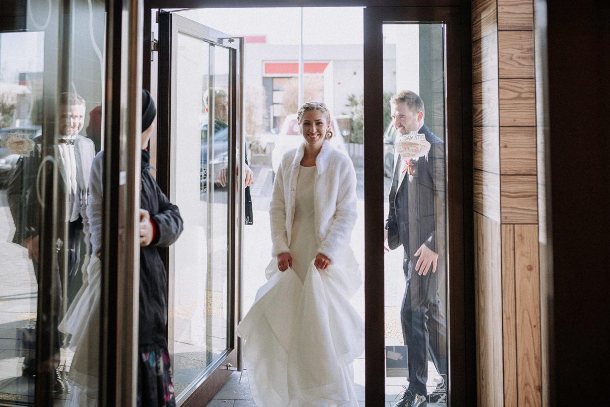 Braut,Mc Donalds,Fotoshooting,weiße Jacke,lachen