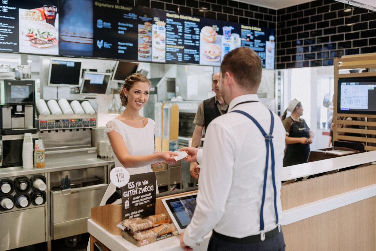 Braut bedient Bräutigam,Bestellzettel,Mc donalds,Hosenträger