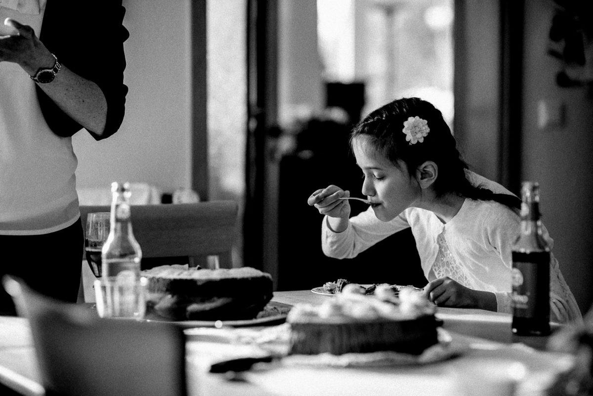 Mädchen,Blume im Haar,Kuchen essen,Gabel,Tisch,Flaschen