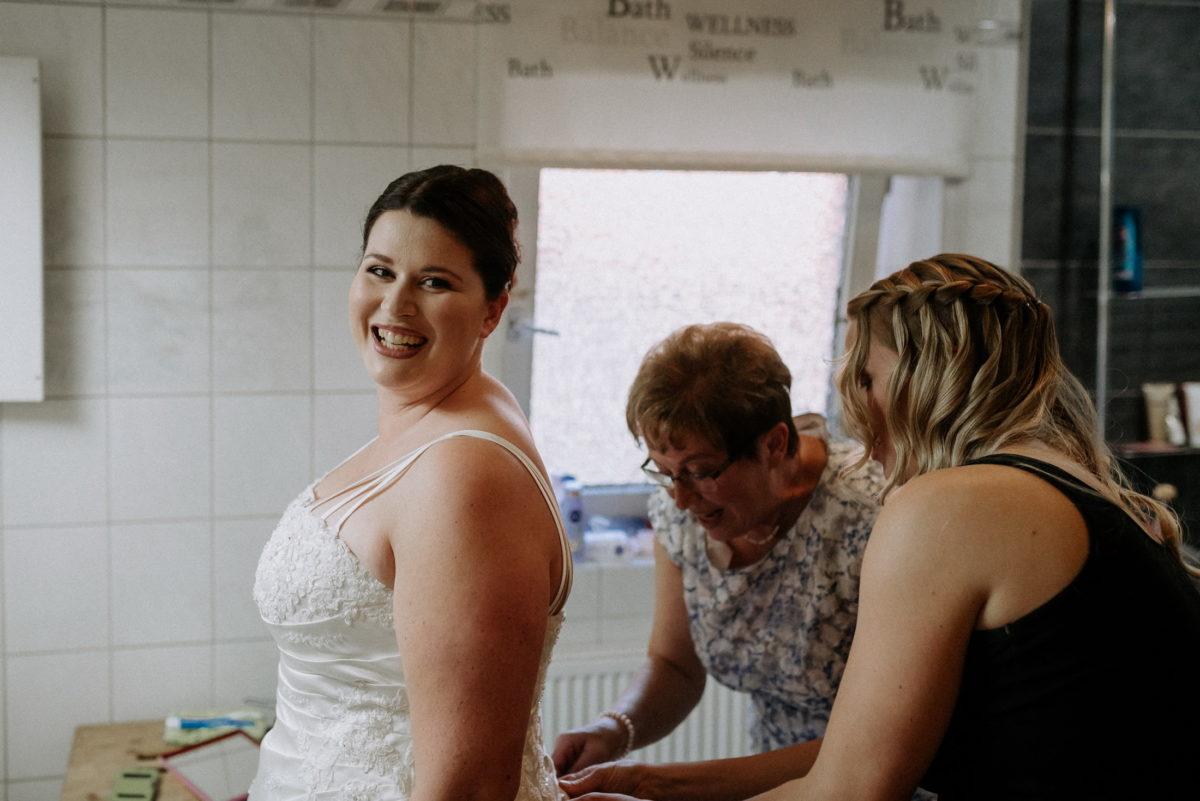 Braut,Hochzeitsvorbereitung,Brautstyling,Brautkleid