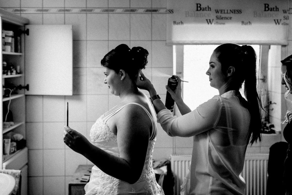 Badezimmer,Braut,Haarsyling,Brautfrisur,Haarspray