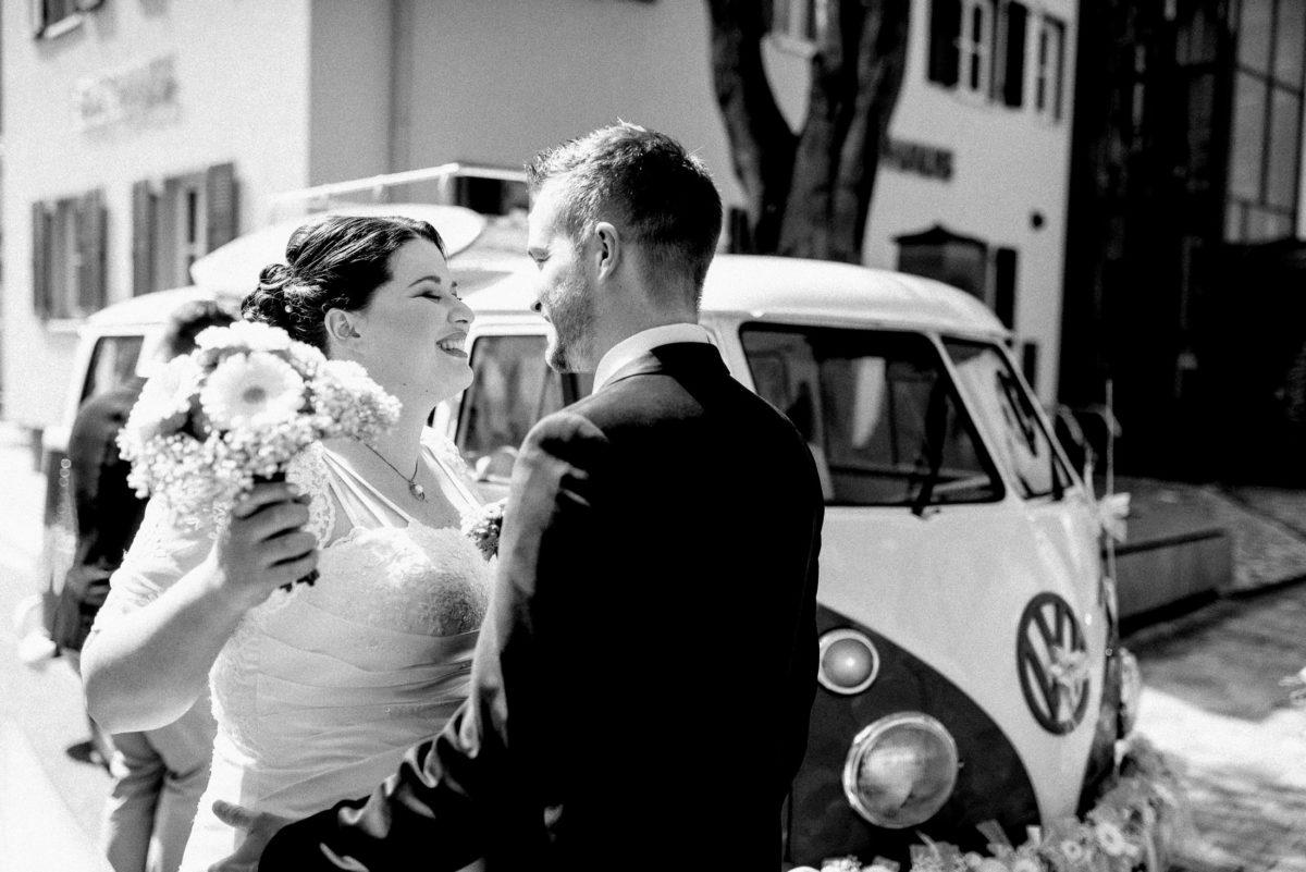 First Look,glücklich,VW Bulli,Brautpaar,Anblicken
