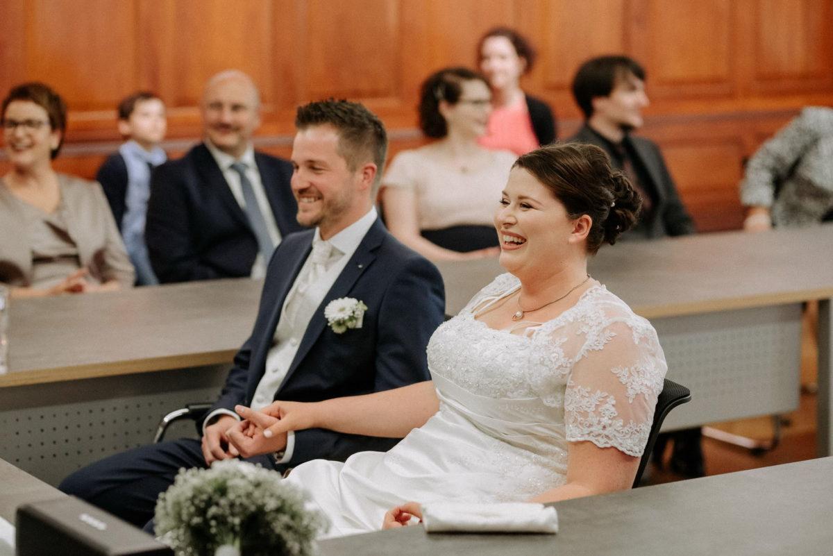 Braut und Bräutigam,Hand halten,lachen,freude