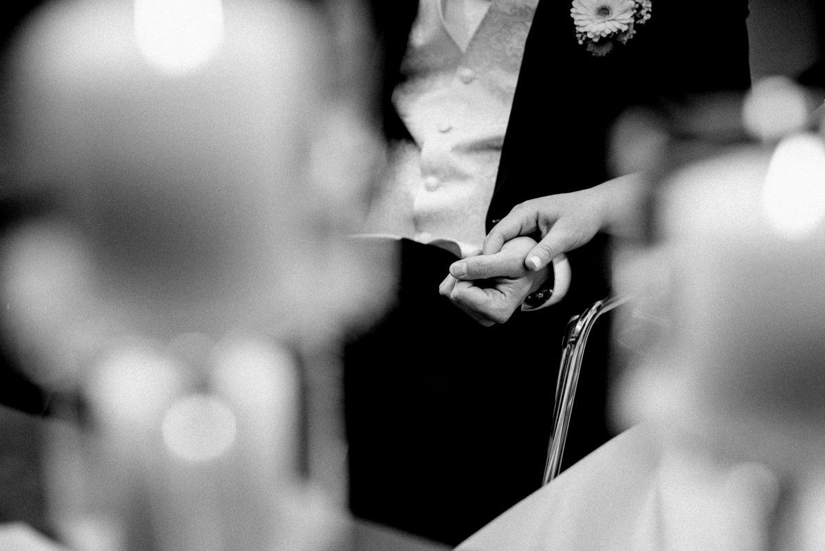 Hände,zärtliche Berührung,Ansteckblume,