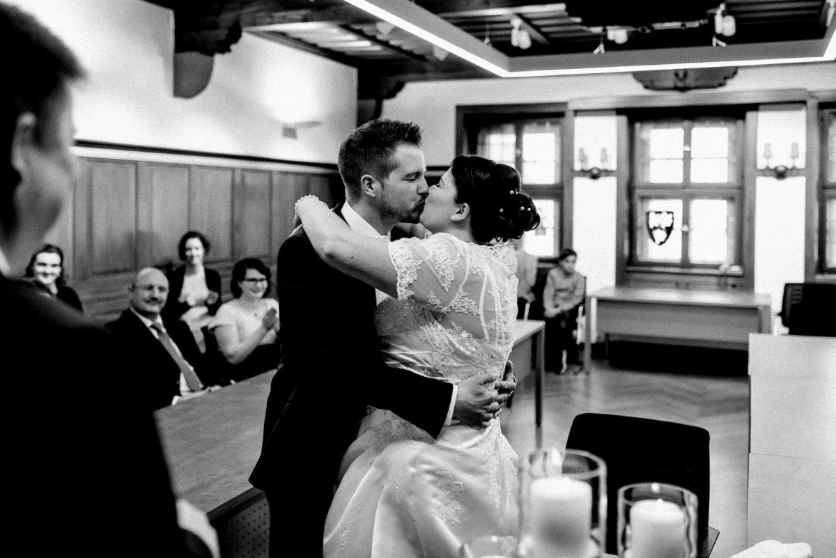 Kuss,frisch vermählte Eheleute,Ja Wort,umarmung