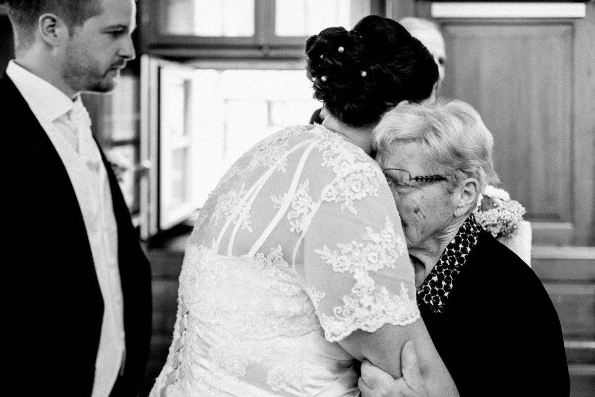 ältere Dame, Umarmung,gratulation,Brille,standesamtliche Trauung