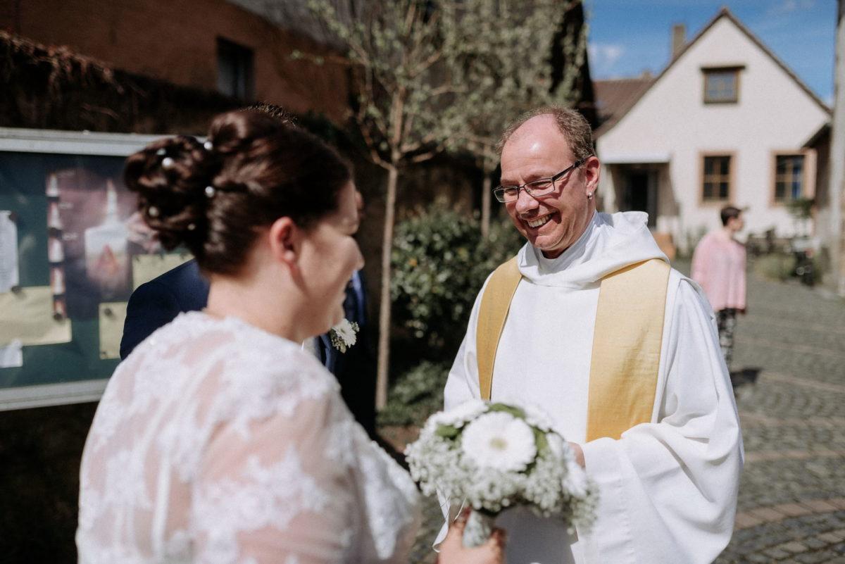 Kirchhof,Pfarrer,Braut,Brautstrauss,Infotafel