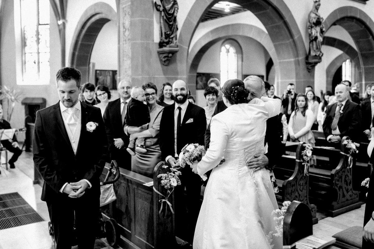 Kirche,Kirchbänke,Brautpaar,Umarmung,Kirchenschmuck