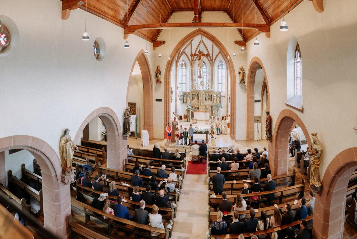 Kirche,Steinbögen,Hochzeitsgäste,Kruzifix