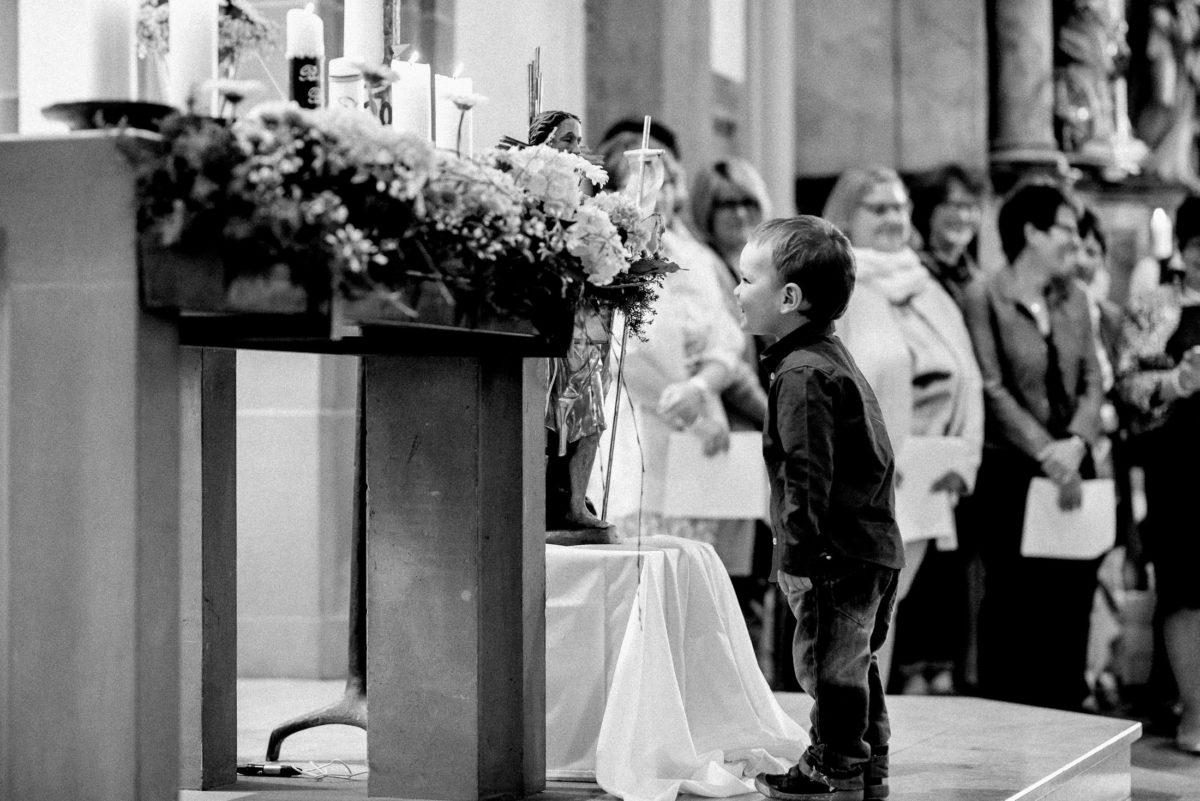 Altar,Kind,lachen,Kirchenchor,Blumenschmuck