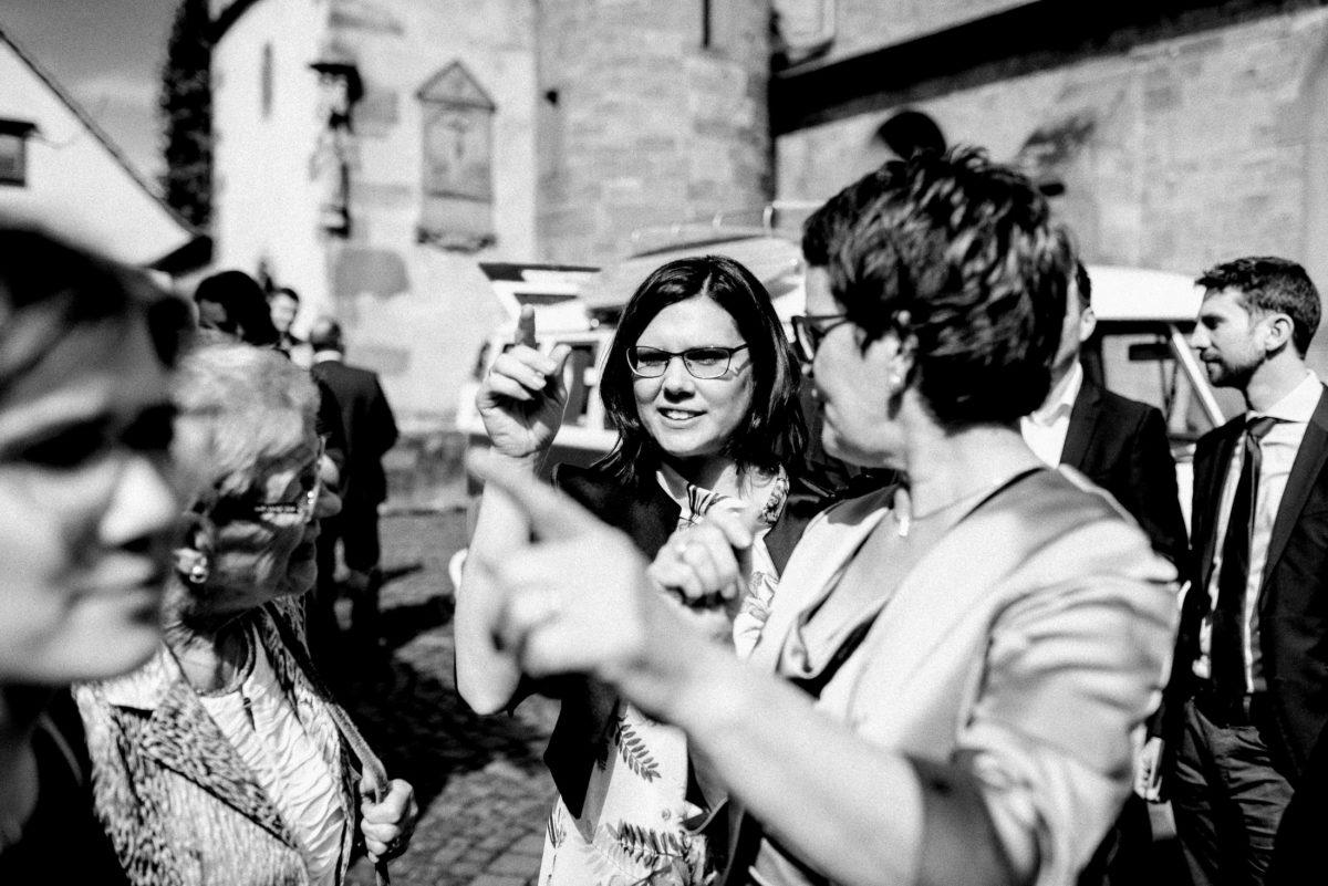 Kirchhof,Gäste,Brillen,Frauen,Hände,zeigefinger