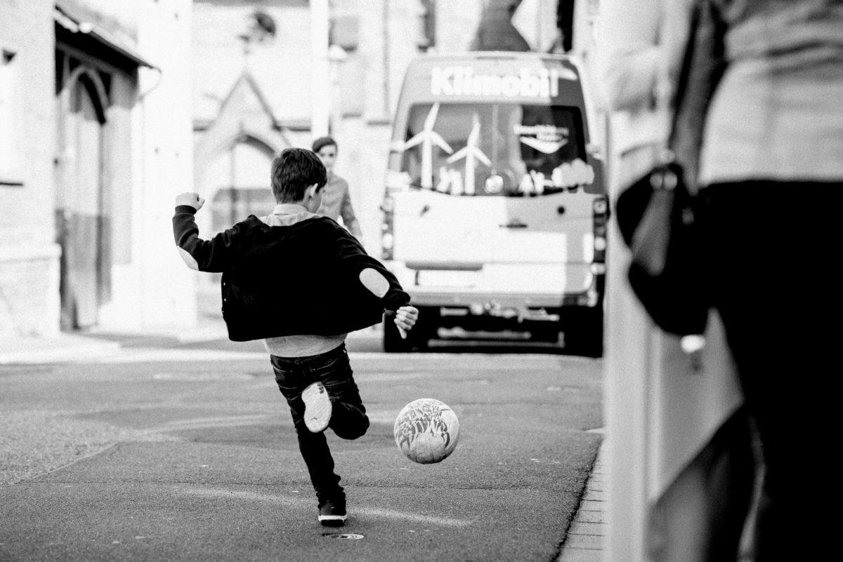 Fußball spielen,Junge,Strasse,kicken,Ball