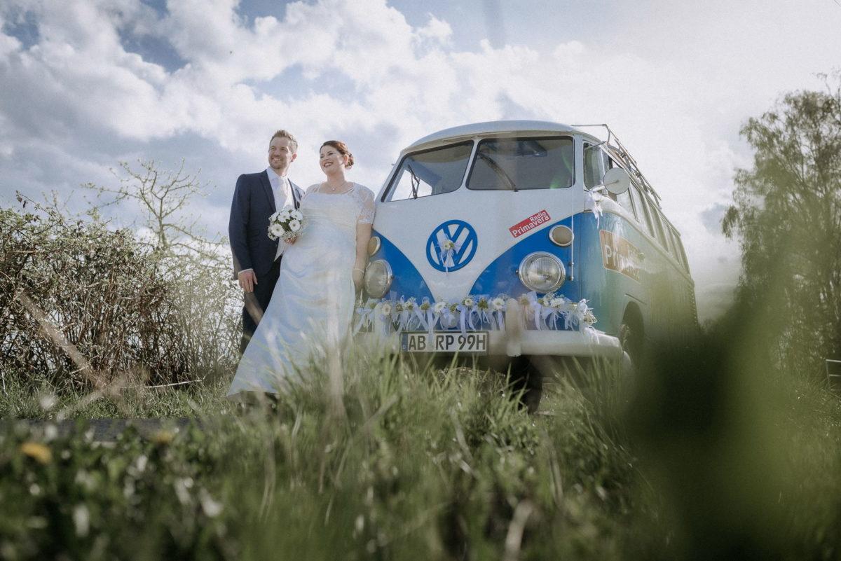 Brautpaar,VW Bulli,Wiese,Bäume,Wolken,blauer Himmel