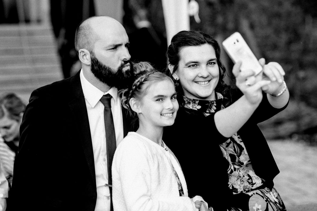 Selfie,Familie,Handy,junges Mädchen,Mann,Frau