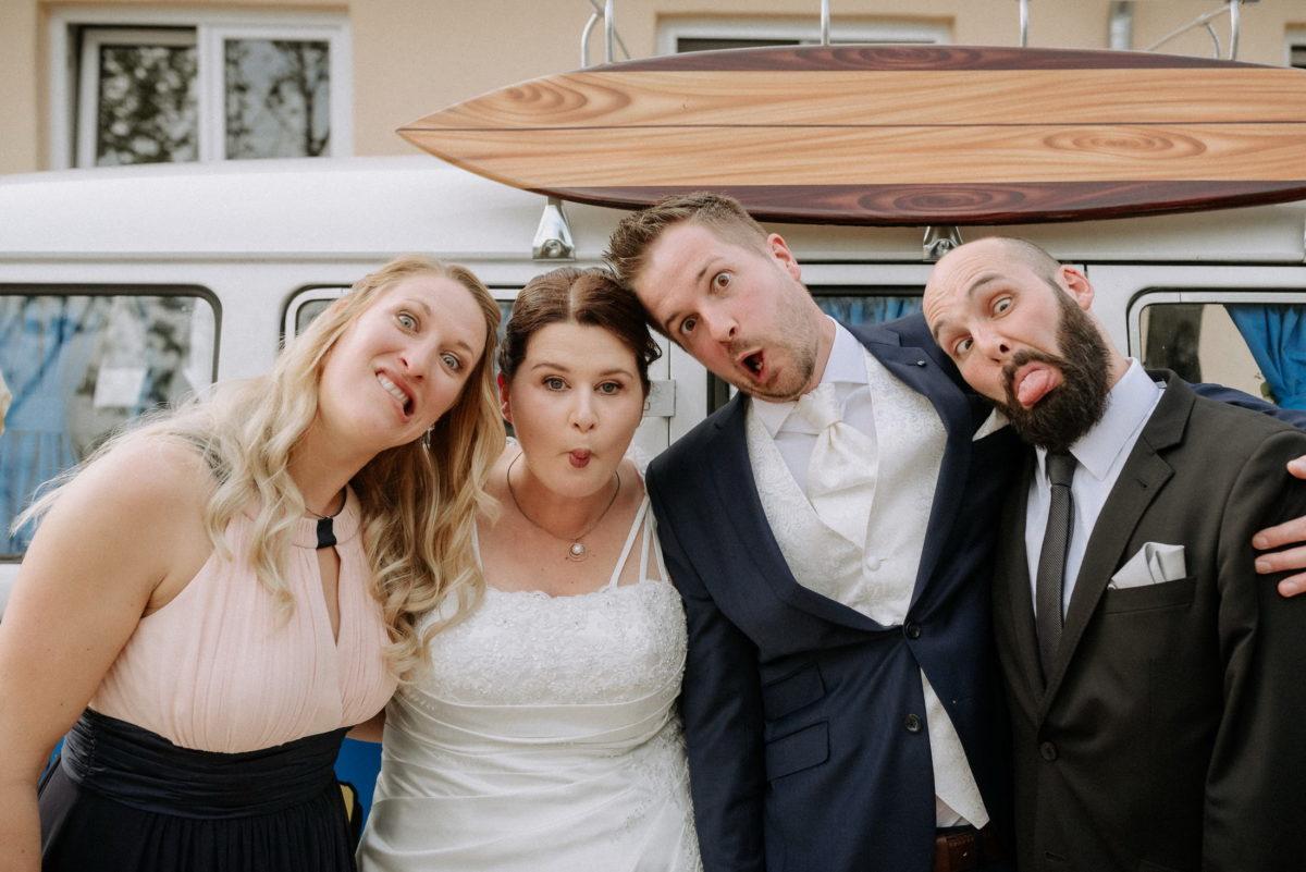 Brautpaar,Trauzeugen, Grimassen,Holzsurfbrett