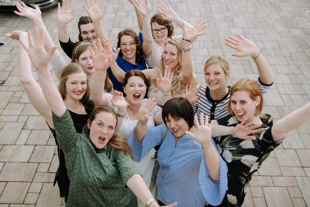 Gruppenfoto Braut,Frauen,Hände in die Höhe,