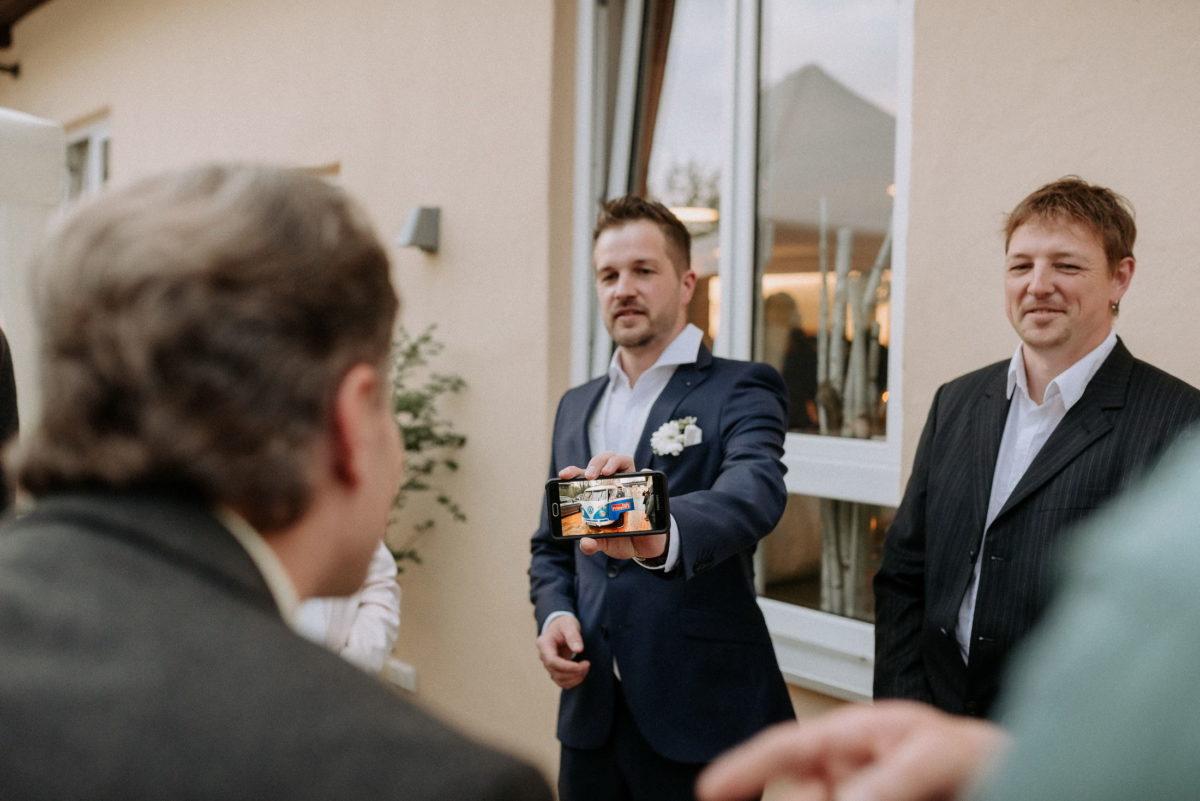 Männer,Handybild,Foto zeigen,VW Bulli,Bräutigam