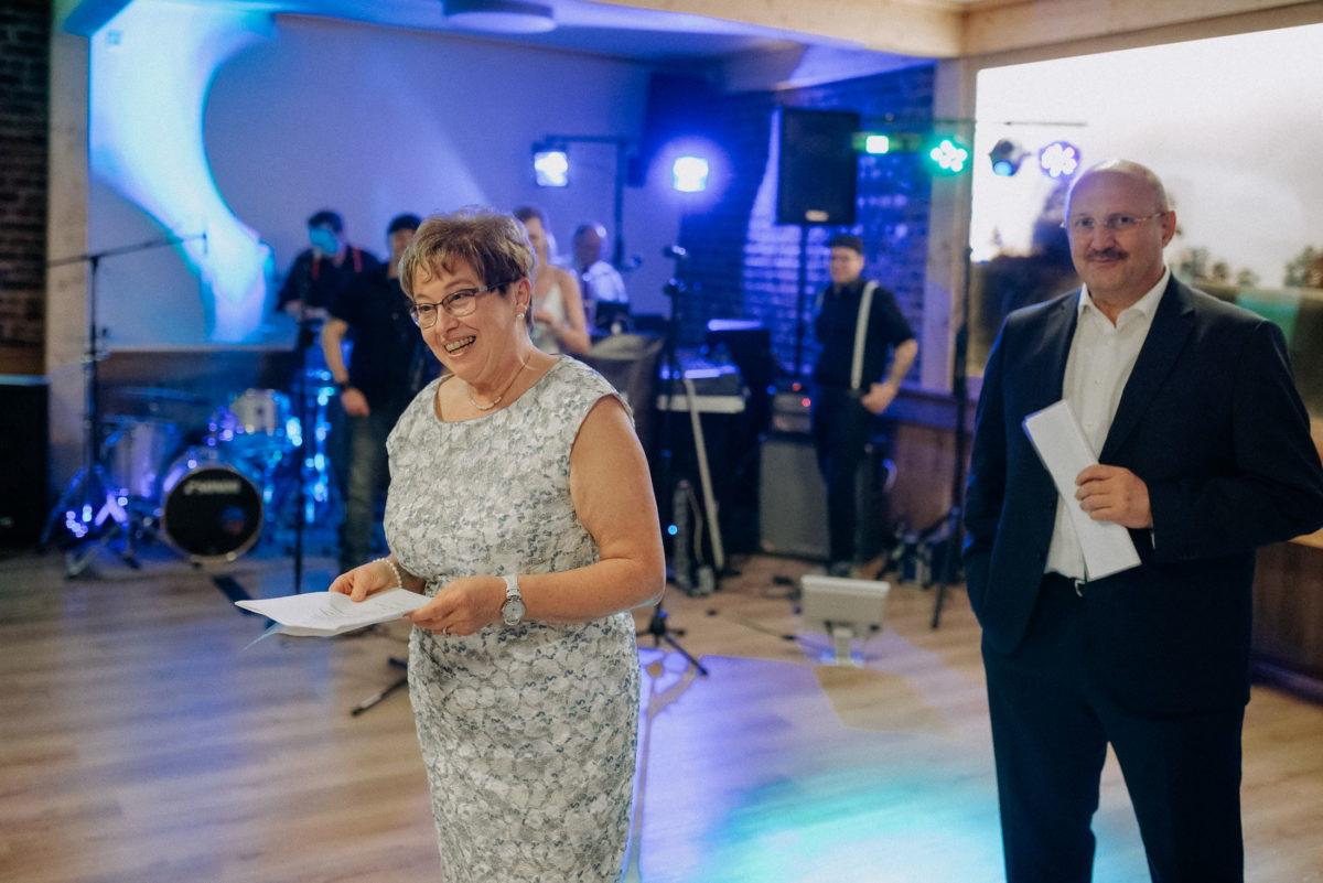 Band,Tanzfläsche,Ansprache,Frau,Hochzeit,Kleid,Lichtanlage