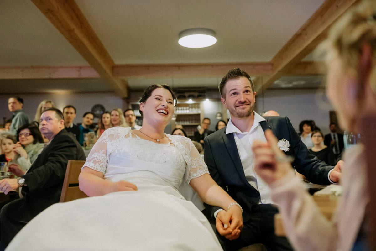 Brautpaar,lachen,Holzbalken,daumen hoch