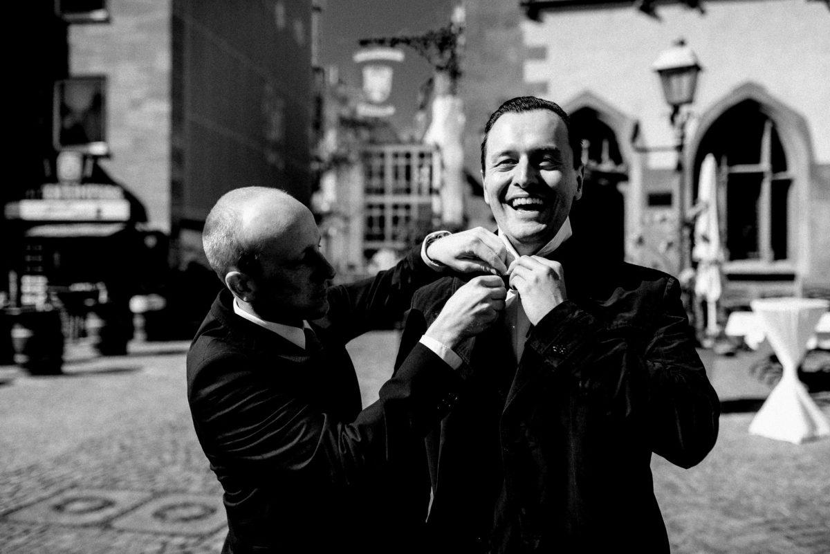 Frankfurt,Rathaus,Trauung,Männer,Krawatte richten,Stehtische