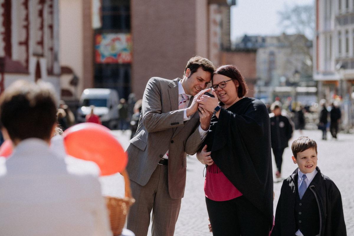 Gäste,Hochzeit,Luftballon,Handy,schauen,Kind