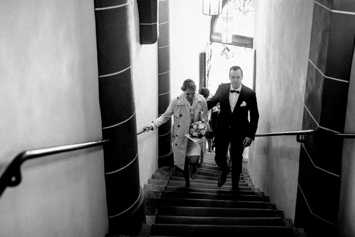Treppenaufgang,Geländer,Brautpaar,Strauß