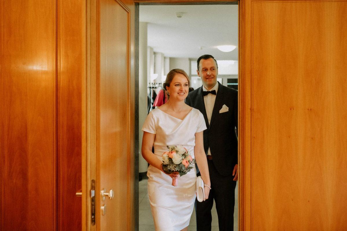 Eingang Trausaal,Braut und Bräutigam,standesamt,Holztüre