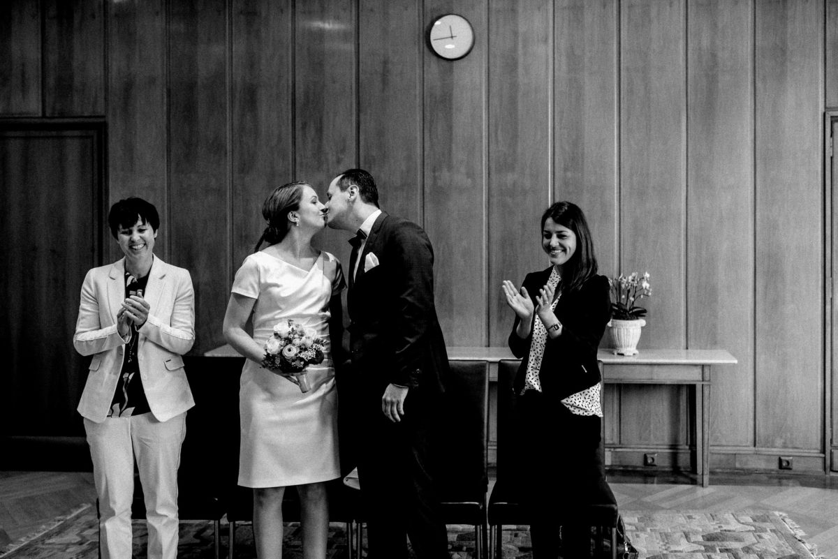 erster Kuss,frisch verheiratet,Brautpaar,Wedding,Trauzeugen,Wanduhr