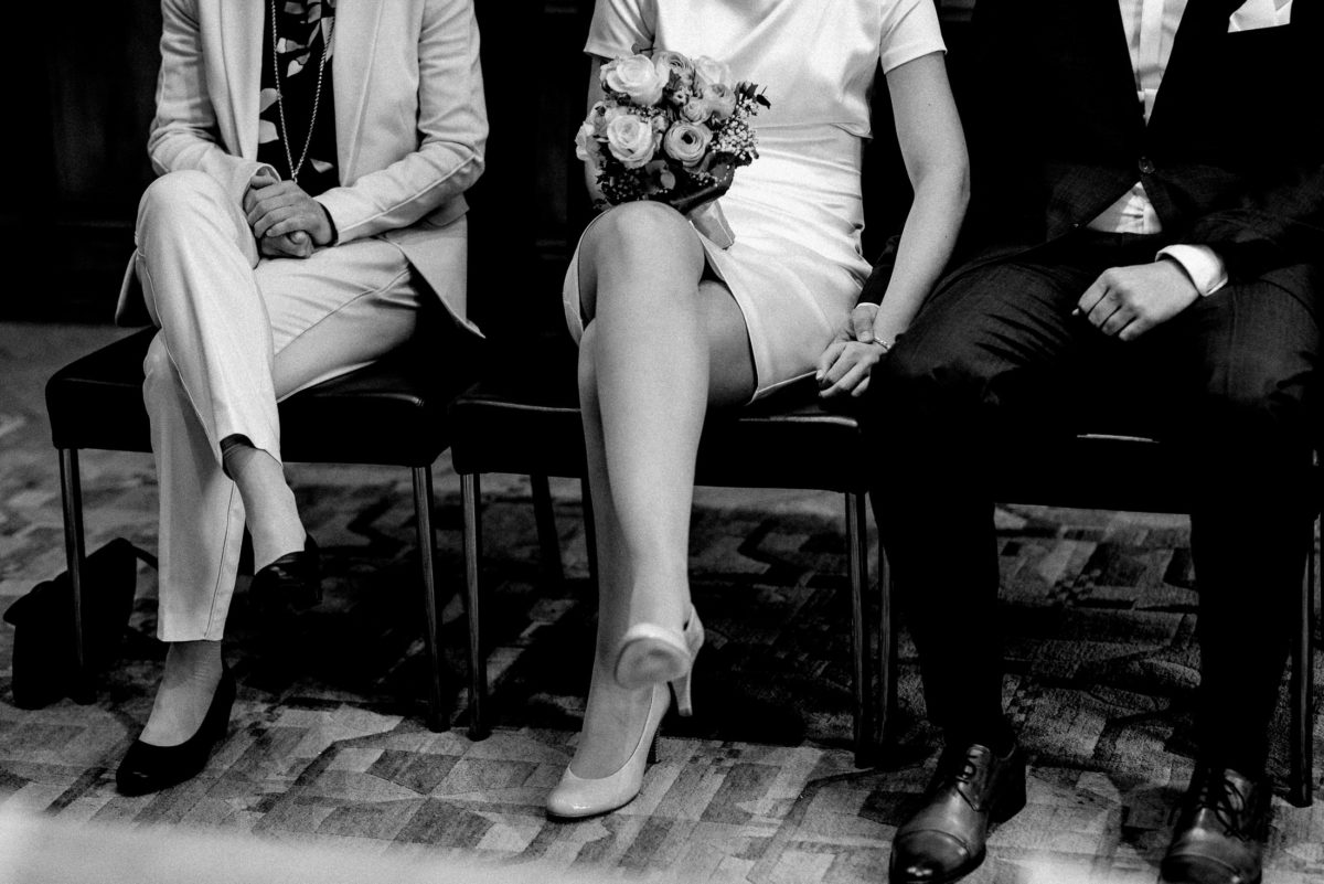 Hand halten,Beine,Beine über kreuzt,Brautstrauß,