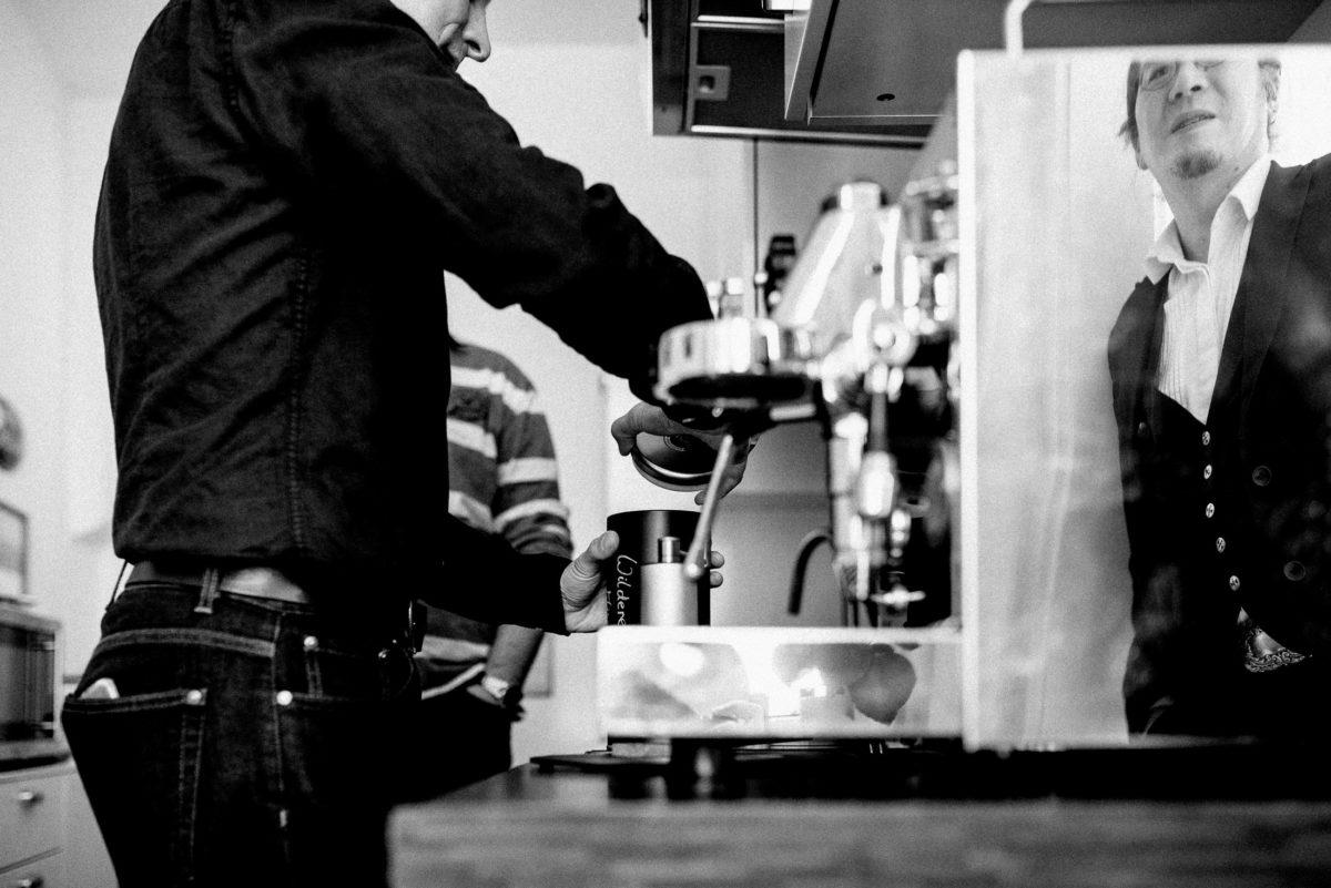 Spiegelbild,Kaffeeautomat,Kaffee machen,Männer,Küche