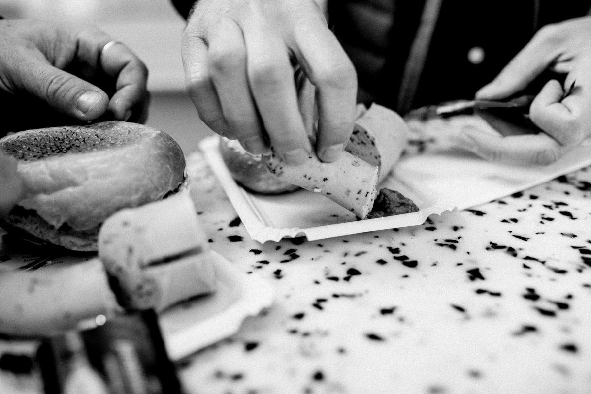 Weißwurstfrühstück,Hände,Stehtisch,Pappteller,Brötchen