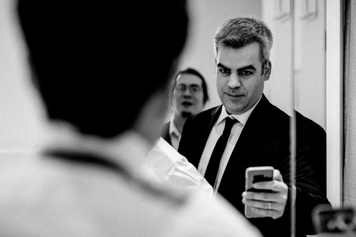 Spiegel,Handy,Mann,weißes Hemd,foto