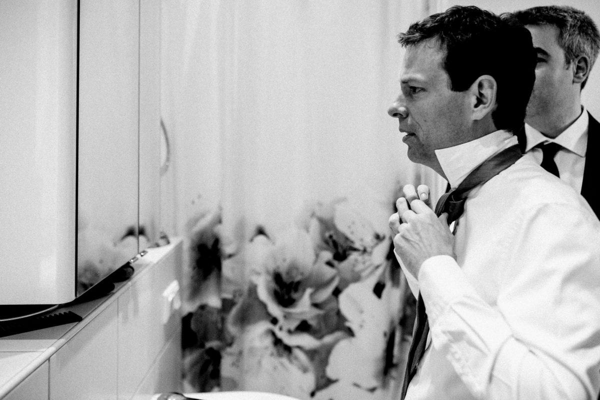 Badezimmer,Spiegelschrank,Krawatte binden,Duschvorhang
