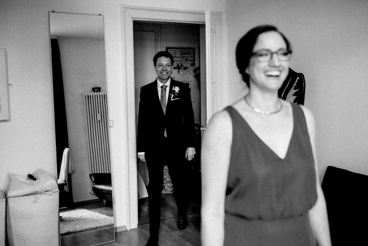 First Look,Braut,Bräutigam,lachen,Halskette,Ansteckblume