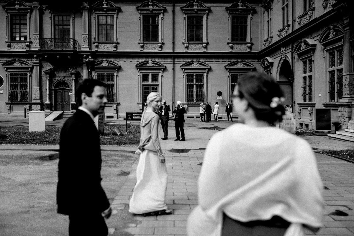 Weg zum Standesamt,Vorhof,Braut,Bräutigam,