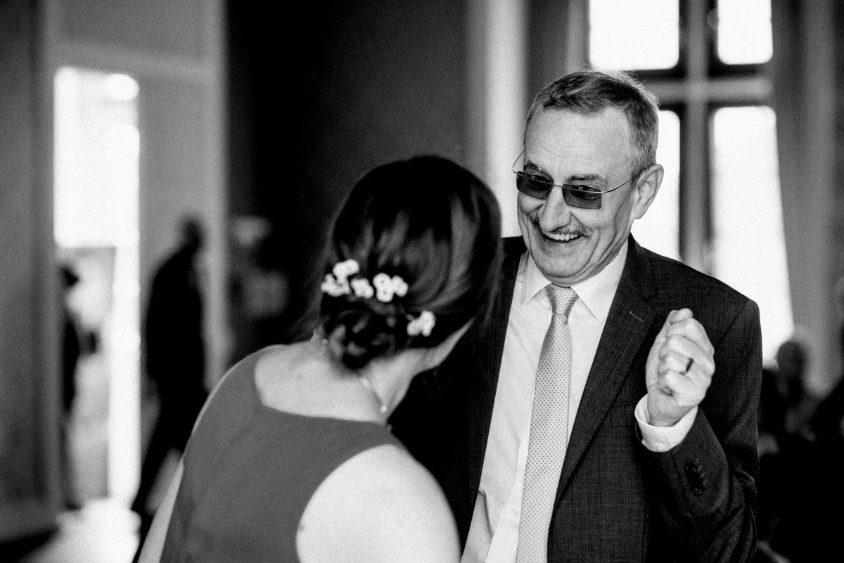 Mann,Männerbrille,lachen,Ring,Hochzeitsfrisur
