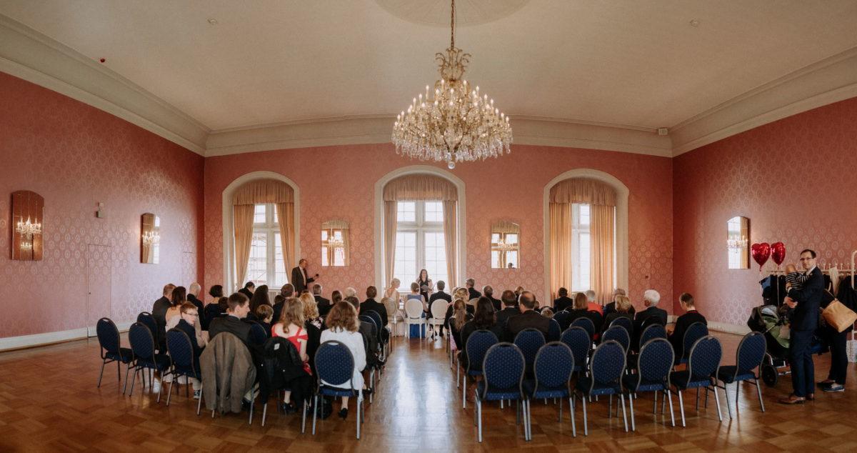 Trausaal,Stühle,Hochzeitsgäste,kristall deckenleuchte,Herzluftballons