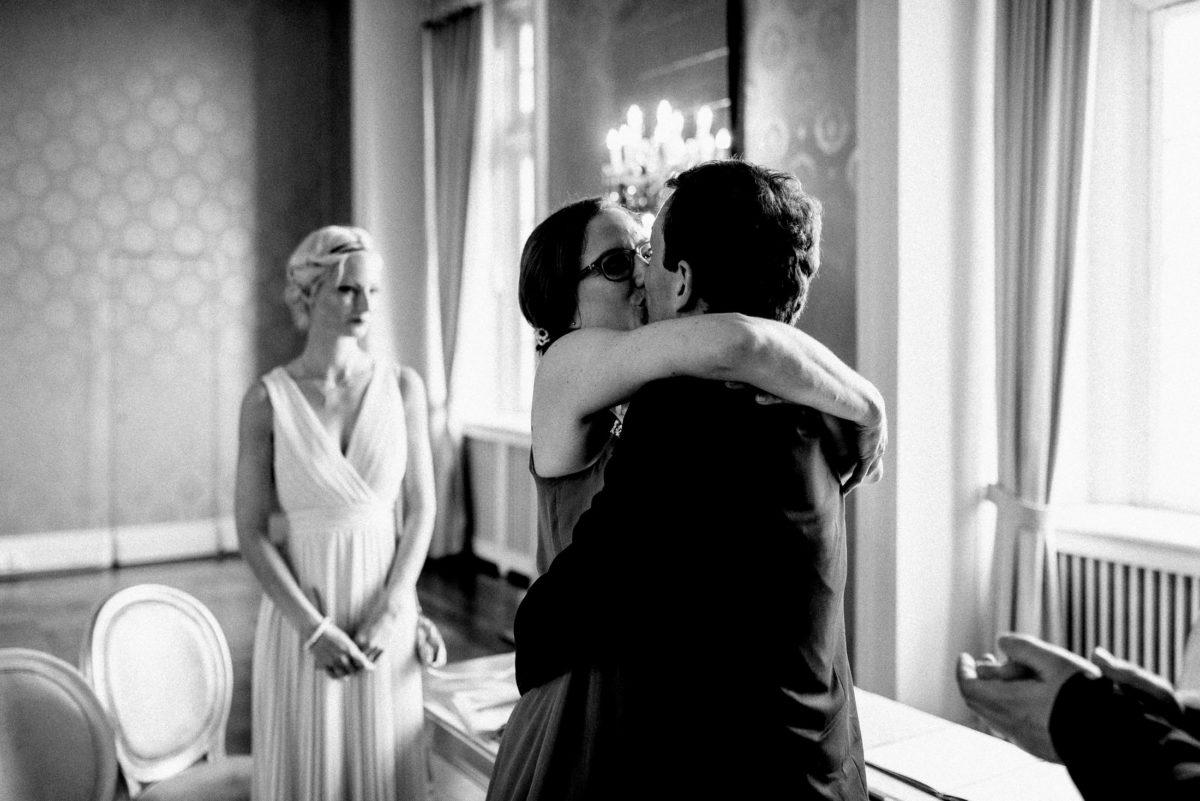 Erster Kuss Hochzeit,Trauzeugin,Brautpaar,Applaus