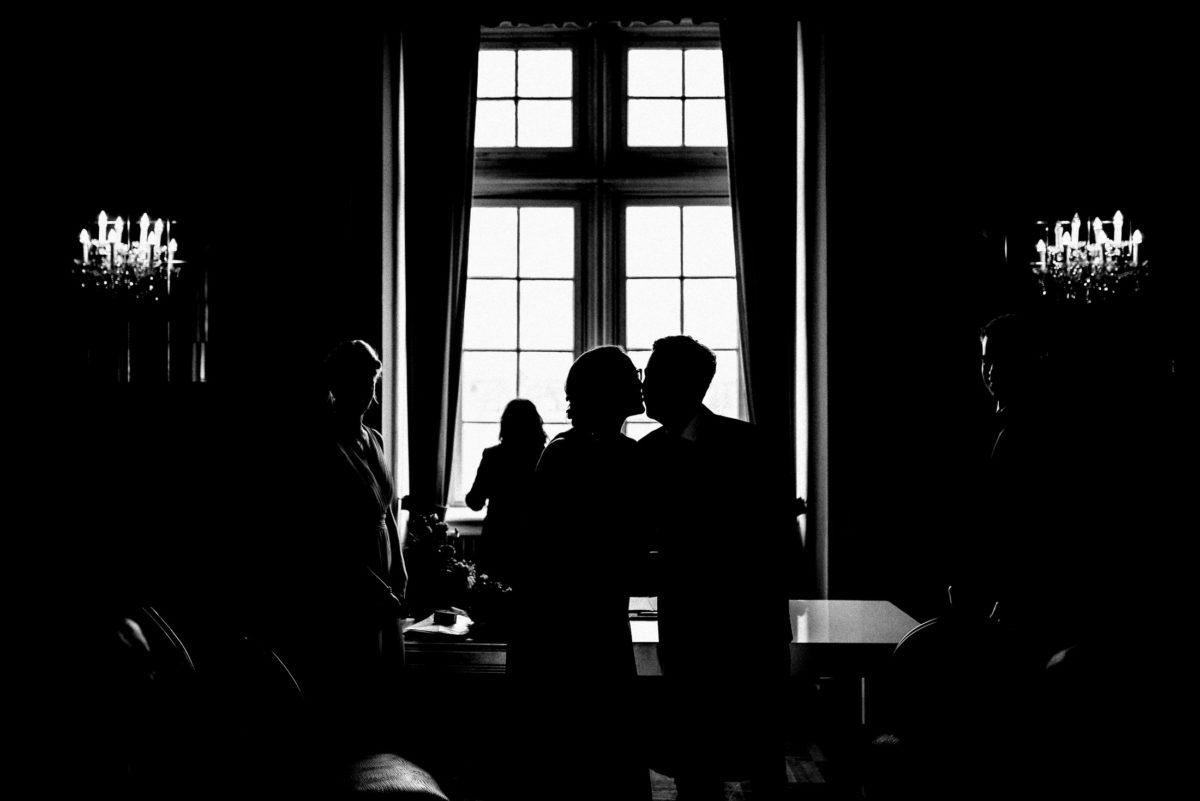 verdunkeltes Bild,Kuss,Schlossfenster,Leuchten