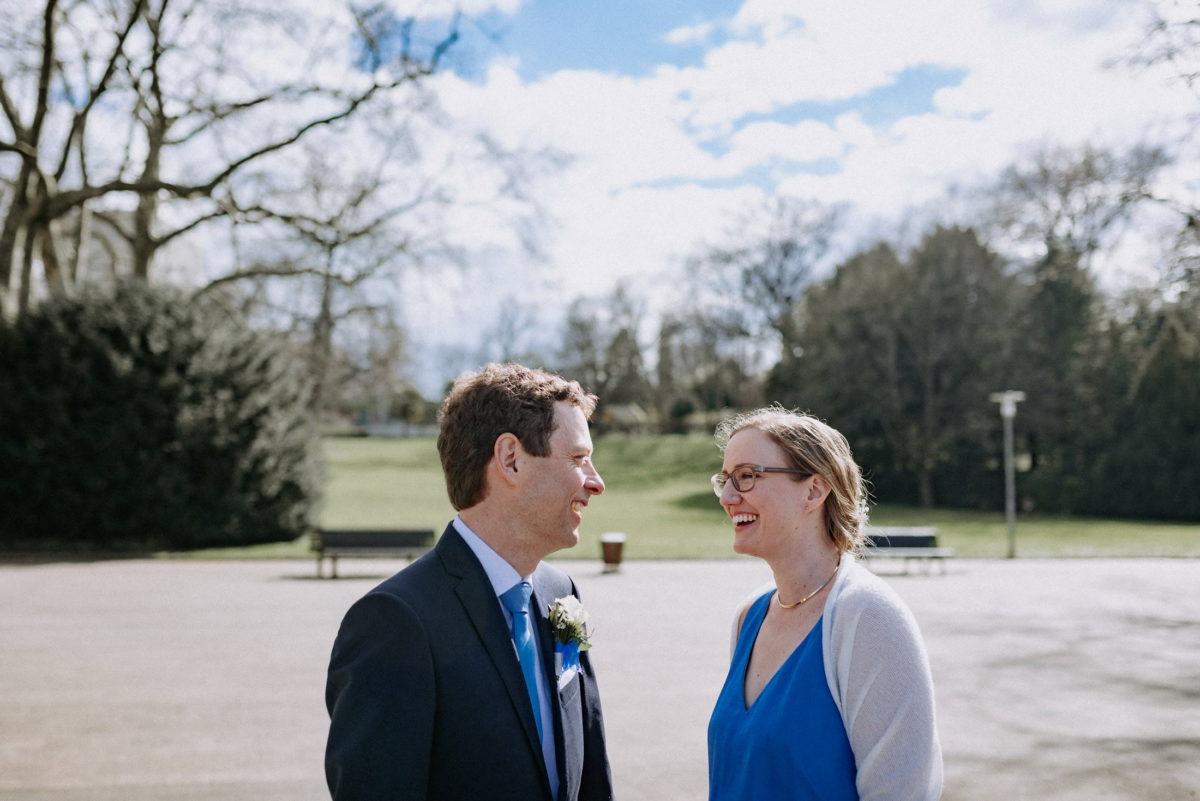 Park,Hochzeitsshooting,Parkbank,Laterne,lachen,blaue Krawatte