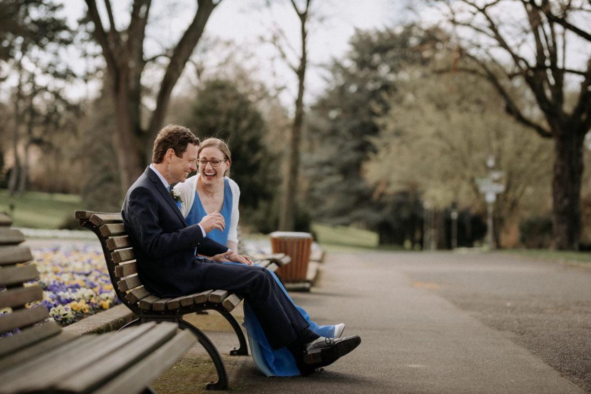 Blumenwiese,Parkbank,Ehepaar,lachen,blaues Brautkleid