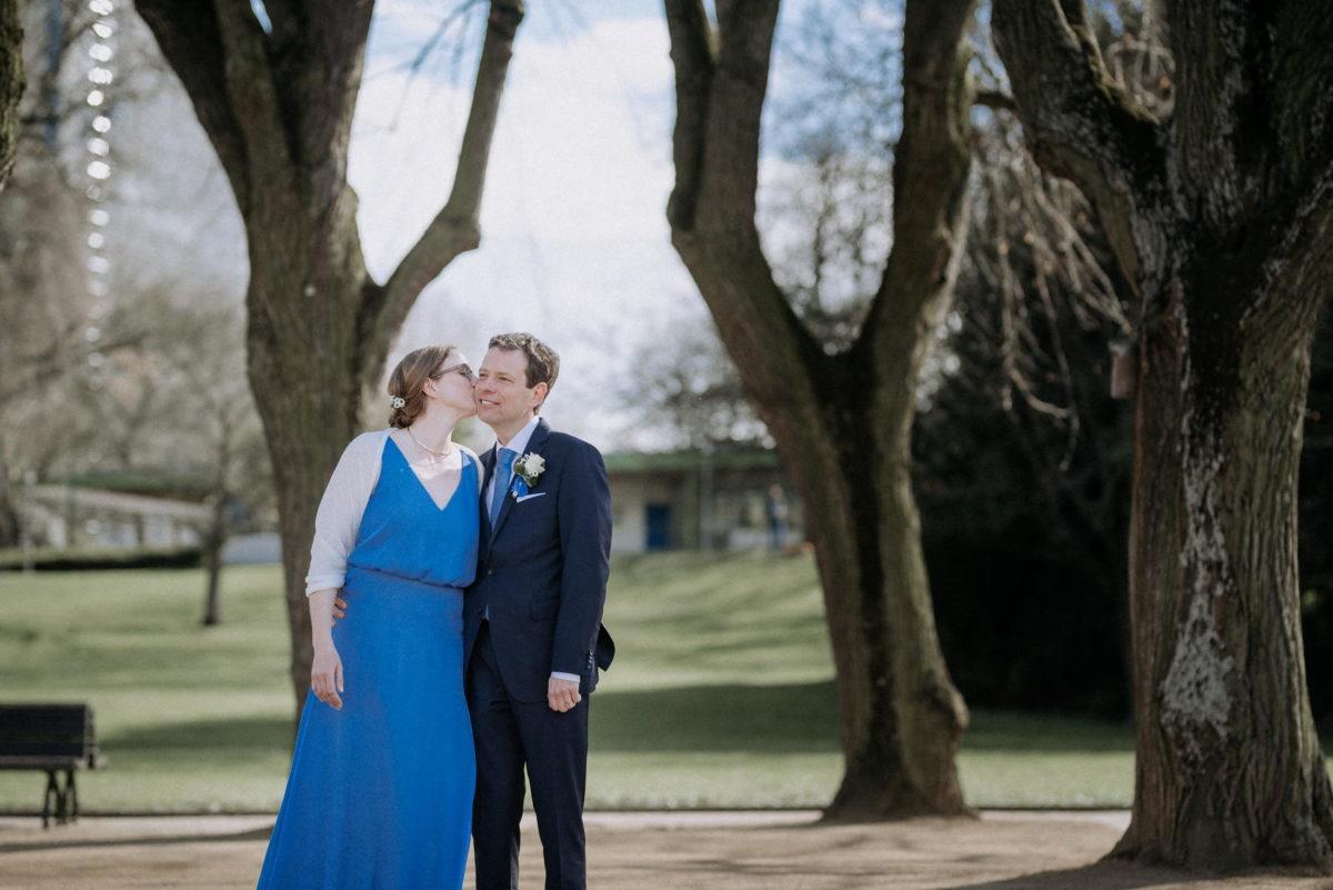 Bäume,Weddingshooting,Wangenkuss,