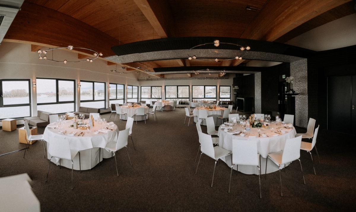 Hochzeitsdekoration, runde Tische,weiße Stühle,Bootshaus