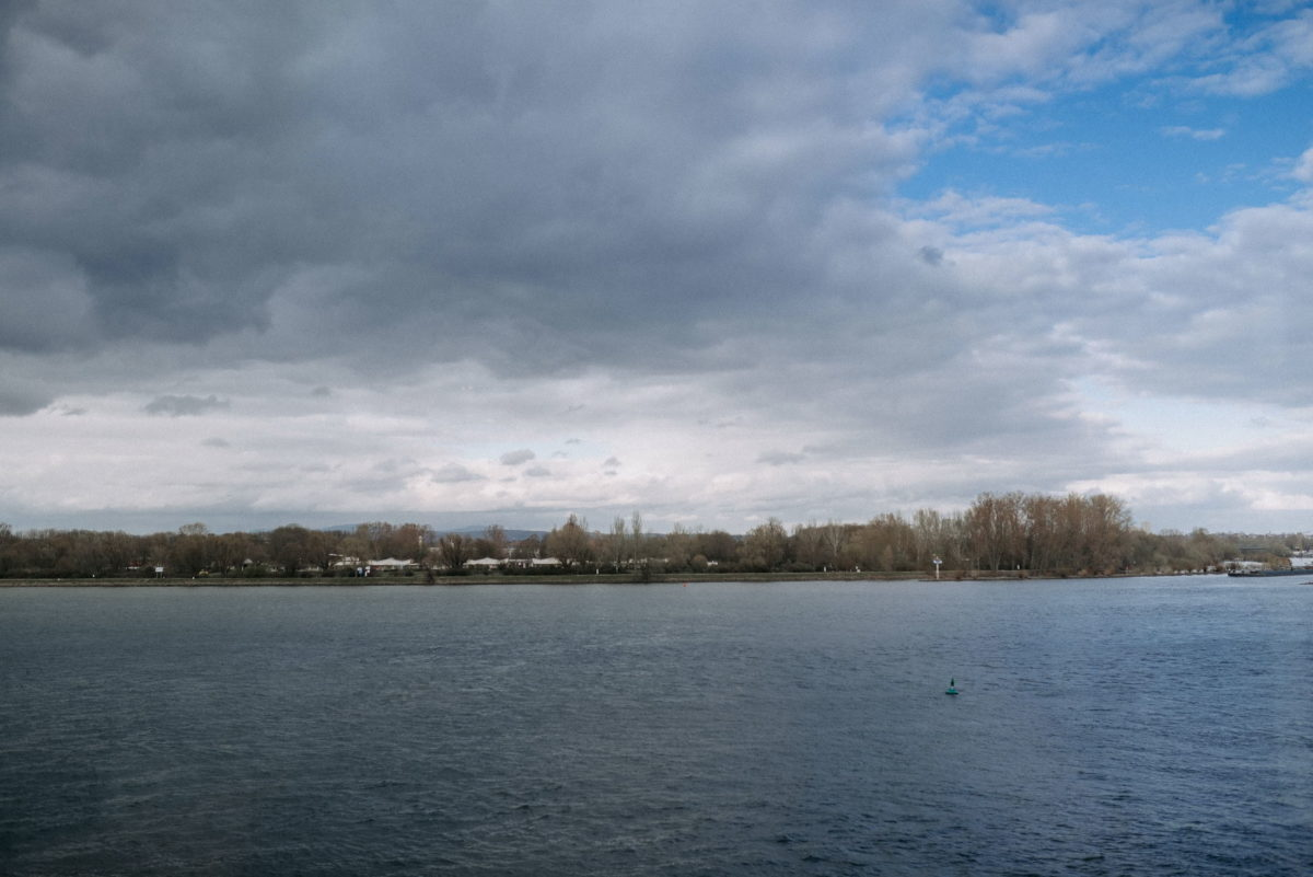 Rhein, Flussblick,Mainz,bedeckter Himmel