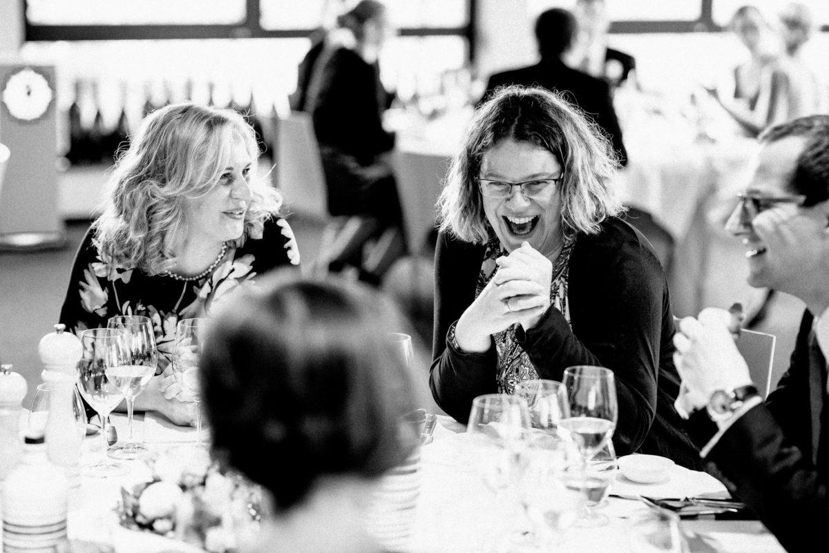 zusammen sitzen,lachen,reden,Frauen,