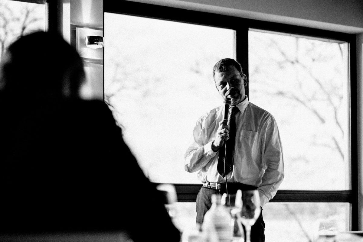 Hochzeitsrede,Mikrofon,Fenster,Mann,Krawatte
