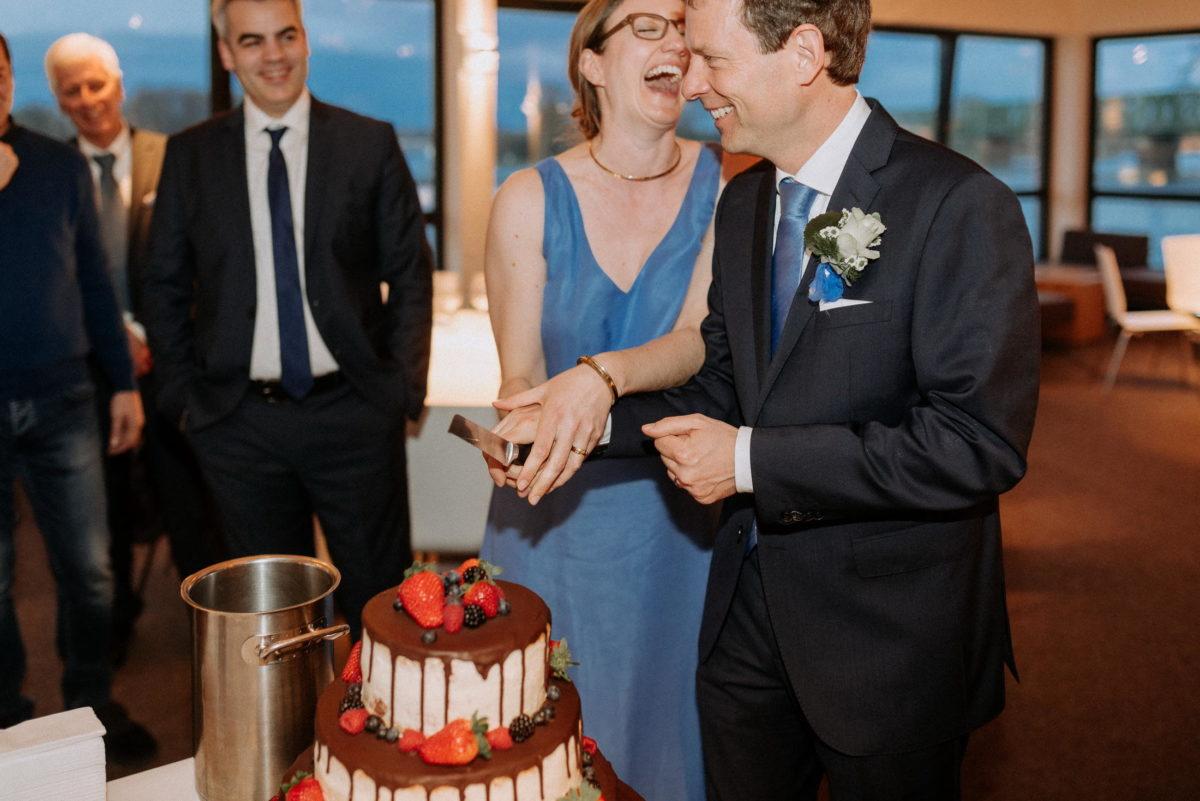 Hochzeitstorte,Torte anschneiden,Schokoladenüberzug,Erdbeeren