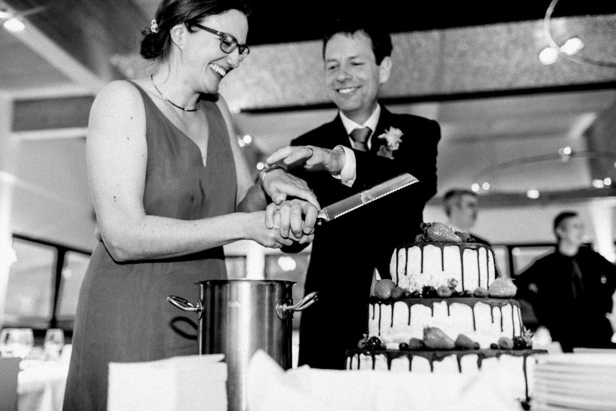 Tortenanschnitt,Messer,Hände,Brautpaar,Teller