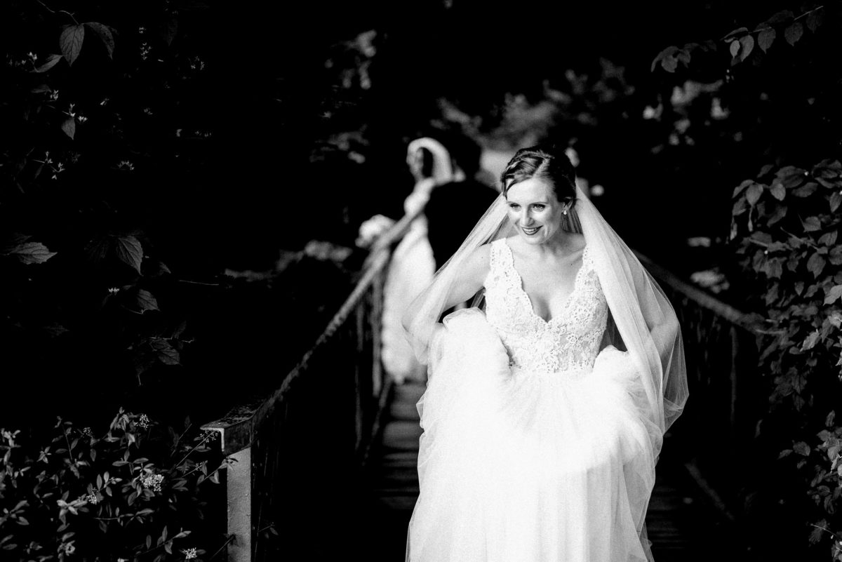 Brücke,Braut,Gebüsch,Foto im Foto,lachen