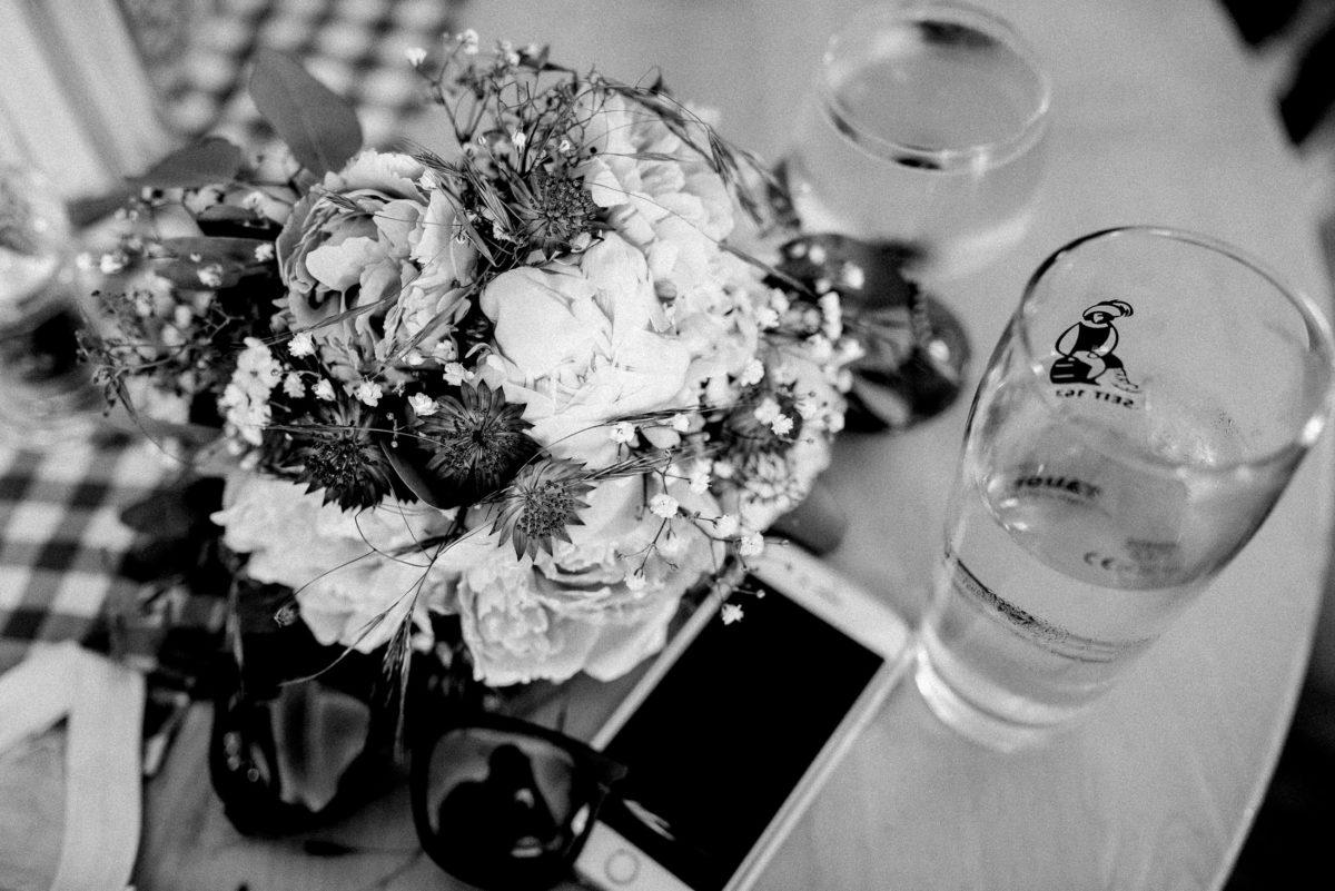 Brautstrauß,Sonnenbrille,Handy,Trinkglas,Tisch,Weinglas